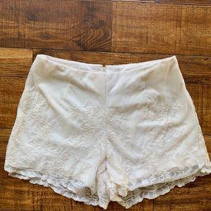 Mimi Chica Cream Lace Shorts M